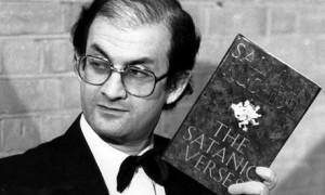 """Salman Rushdie con la prima de i """"Versetti"""" fra le mani."""
