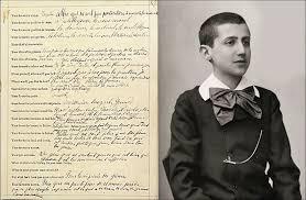 Un giovanissimo Marcel Proust con un suo manoscritto